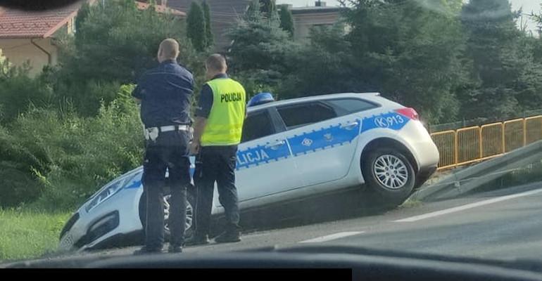 Radiowóz w rowie. Policjant ukarany mandatem (ZDJĘCIA)