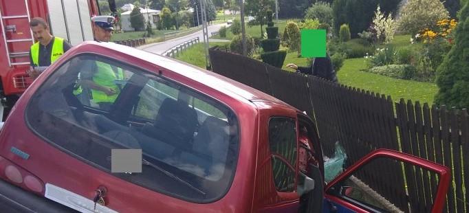 """POWIAT BRZOZOWSKI: Kierowca fiata """"wbił się"""" w barierkę (ZDJĘCIA)"""