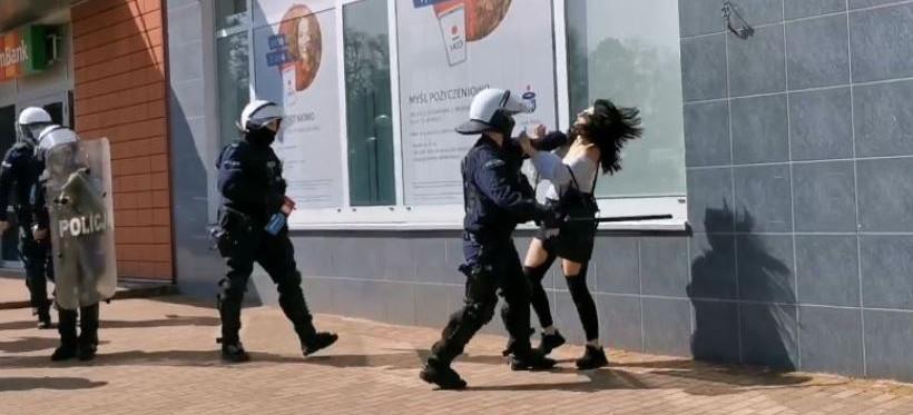 POLSKA. Policjant brutalnie bił protestującą kobietę! (VIDEO)