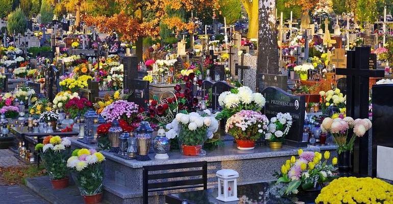 REGION: 18-latek i 14-latka dewastowali cmentarz! Zatrzymała ich policja