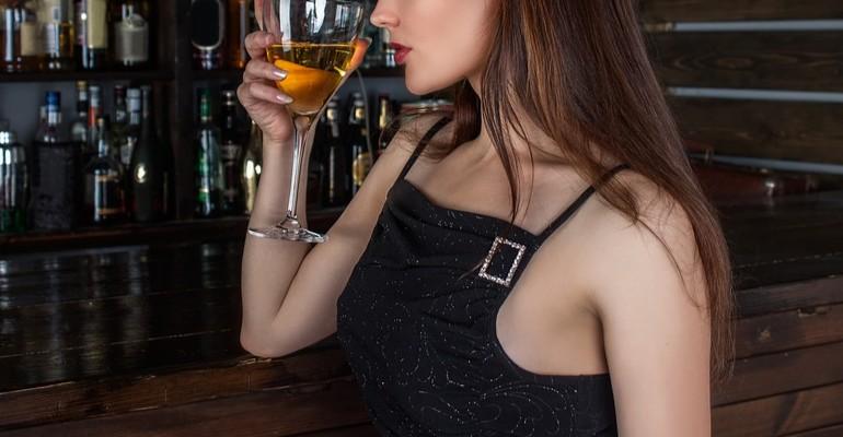 Piła alkohol z koleżanką. Dzieci zostawiła w domu bez opieki