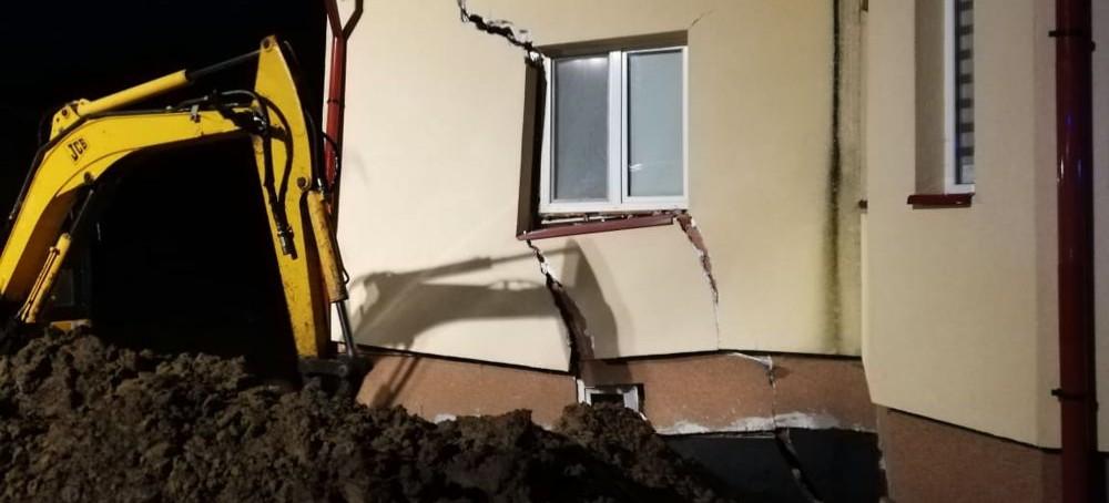 Zapadły się ściany budynku. Było niebezpiecznie! (FOTO)