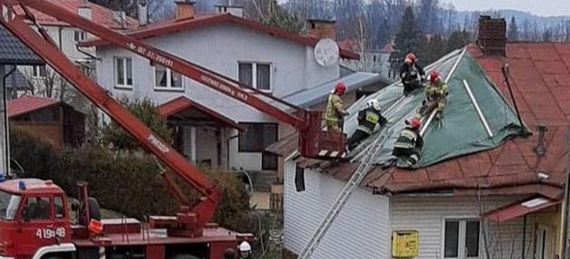 Zerwane dachy, połamane drzewa (ZDJĘCIE)