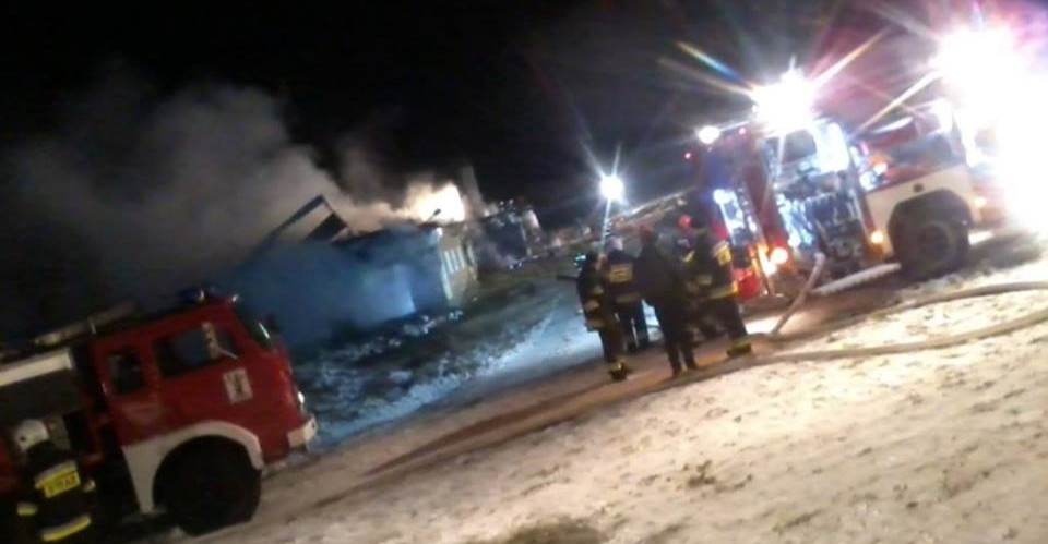 Wielki pożar w Orelcu. Pali się dom połączony z oborą (FOTO)