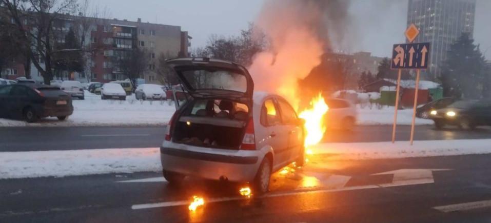Żołnierz w akcji gaśniczej płonącego samochodu (ZDJĘCIE)