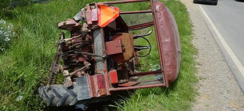 Traktor zderzył się z ciężarówką. Ranny 72-latek (ZDJĘCIA)