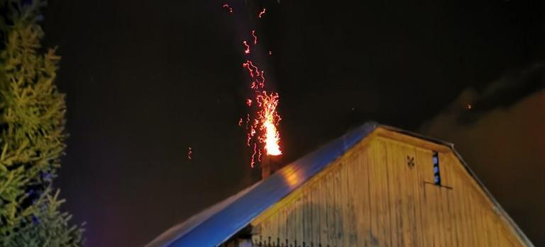 Policjanci zauważyli płomienie i pomogli domownikom (FOTO)
