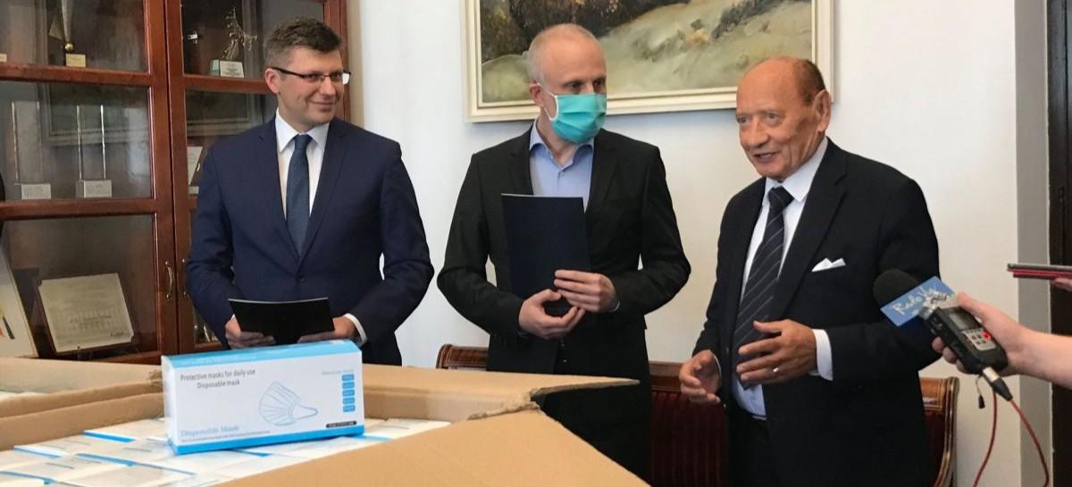 Maseczki, rękawiczki, płyn dezynfekujący dla rzeszowskich żłobków i przedszkoli od wiceministra Marcina Warchoła