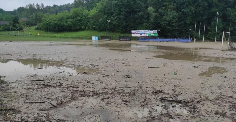 Nawałnica zniszczyła stadion w Chmielniku. Klub prosi o pomoc