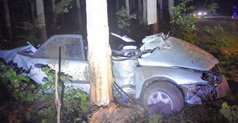 Koszmarny wypadek. Samochód uderzył w drzewo (ZDJĘCIA)