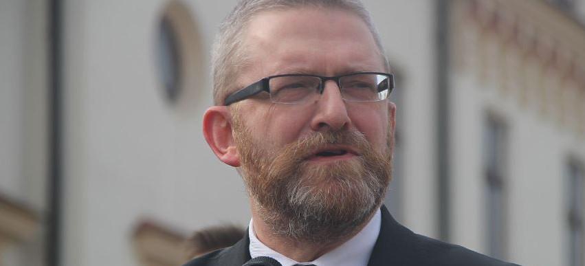Grzegorz Braun chce wyjaśnień wojewody i dyrektora NFZ: Potencjalne zagrożenie zdrowia i życia