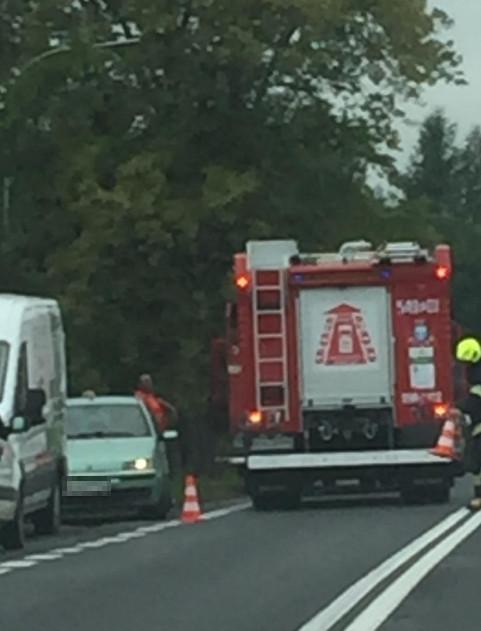 SIENIAWA: Samochód uderzył w drzewo. Reanimacja kierowcy (ZDJĘCIA)