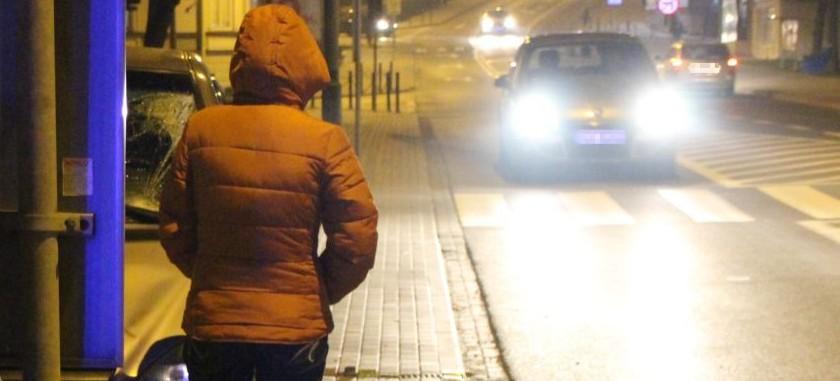Potrącenie kobiety na przejściu dla pieszych. Zachowajmy ostrożność!