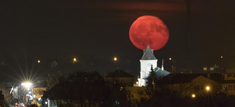 REGION: Wyjątkowe fotografie wschodu księżyca! (FOTO)