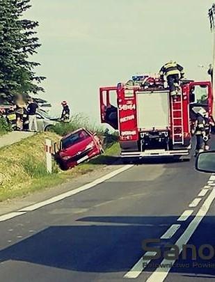 AKTUALIZACJA: Zderzenie przy stacji PKP. Osobówka wylądowała w rowie, jedna osoba trafiła do szpitala (FOTO)