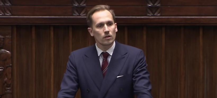 Poseł z Podkarpacia bez maseczki na mównicy. Nagranie obejrzały ponad 3 miliony internautów (WIDEO)