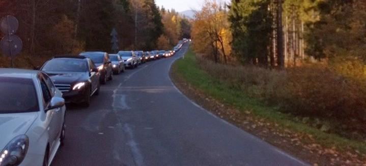 Gigantyczne korki w Bieszczadach. Przez źle zaparkowane samochody (FOTO)