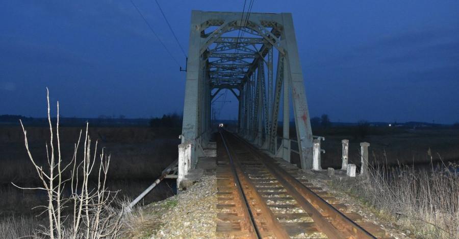 PODKARPACIE. 20-latek spadł z mostu kolejowego na tory (FOTO)