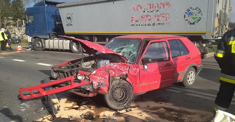 Niebezpieczne zderzenie osobówki z ciężarówką (FOTO)