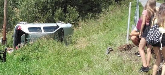 """BIESZCZADY: Pojazd """"wyleciał"""" z drogi i kilkakrotnie dachował. Cztery osoby w środku (FOTO)"""