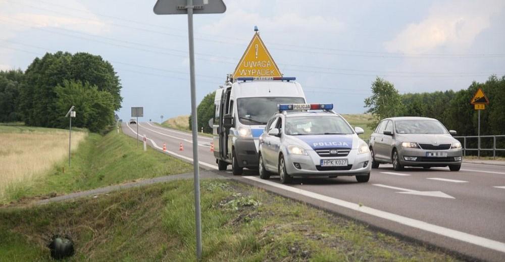 Motocyklista wyprzedzał sznur pojazdów. Uderzył w znak na wysepce (FOTO)
