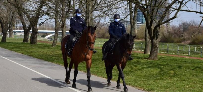 RZESZÓW. Policja patroluje bulwary. Z drona i na koniach (FOTO, WIDEO)
