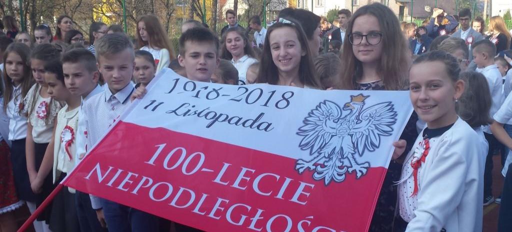 BESKO: Taniec z biało-czerwoną i wspólne śpiewanie hymnu. Dla niepodległej! (FILMY)