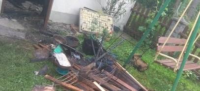 Płonął budynek. Ogień zagrażał pobliskim domom (ZDJĘCIA)