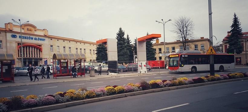 Rzeszów: Trwa montaż stacji do ładowania autobusów elektrycznych (FOTO)