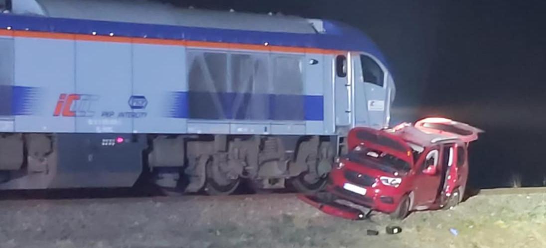Osobówka wjechała pod pociąg! Ranna matka z dziećmi (ZDJĘCIA)
