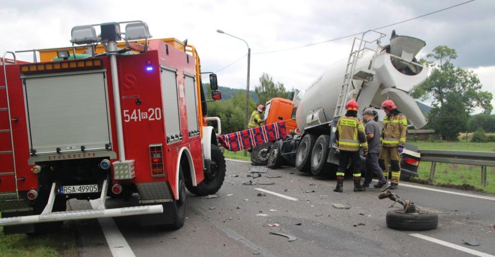 Zderzenie gruszki do betonu z dostawczakiem. Droga zablokowana! (ZDJĘCIA)