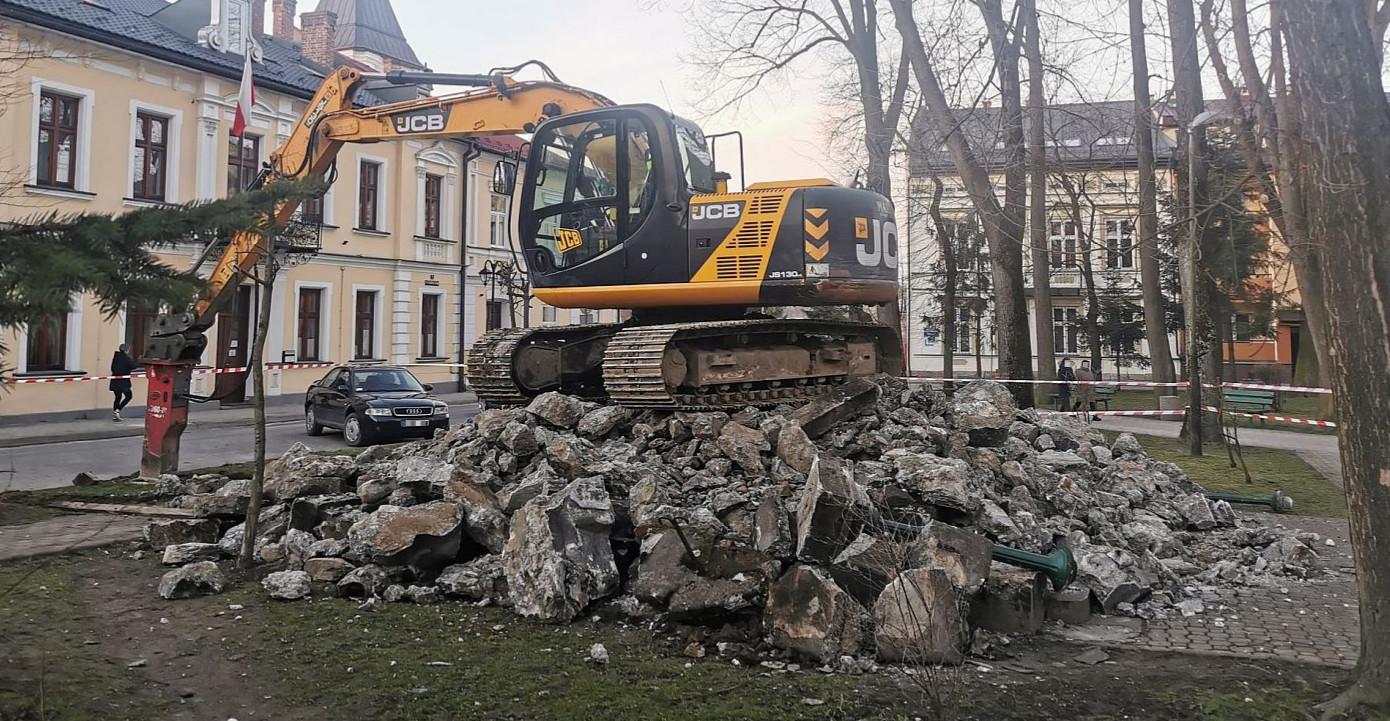 LESKO. Wyburzono pomnik wdzięczności Armii Czerwonej (VIDEO, ZDJĘCIA)