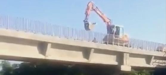 SANOK. Koparka wrzucająca kruszywo do Sanu. Zaniepokojenie wędkarzy (VIDEO)