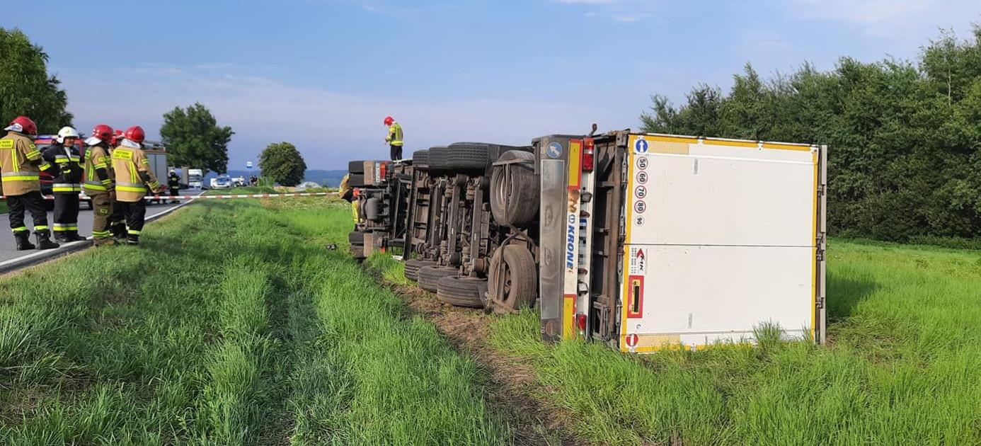 HUMNISKA. Przewrócona ciężarówka przewożąca butelki z alkoholem (ZDJĘCIA)