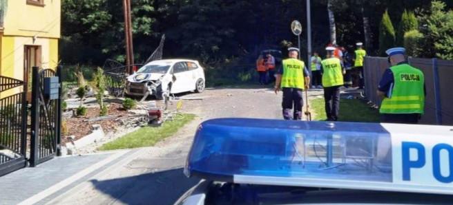 Koszmarny wypadek. Nie żyje pilotka! Metalowa brama przebiła samochód (FOTO)