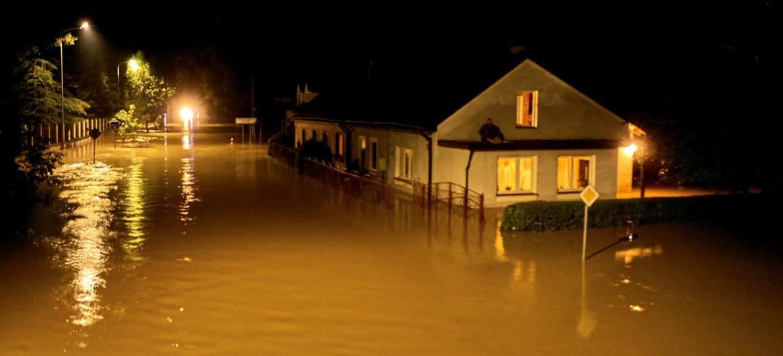 Ewakuowano kolejne osoby. 6500 mieszkańców bez prądu (ZDJĘCIA)