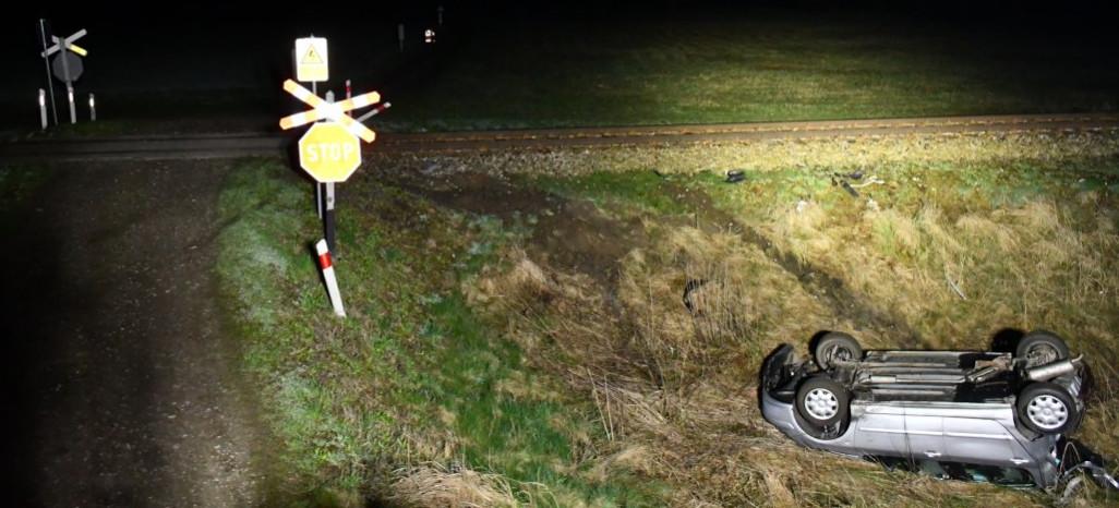 Pociąg zderzył się z samochodem. Zablokowane koło (ZDJĘCIA)
