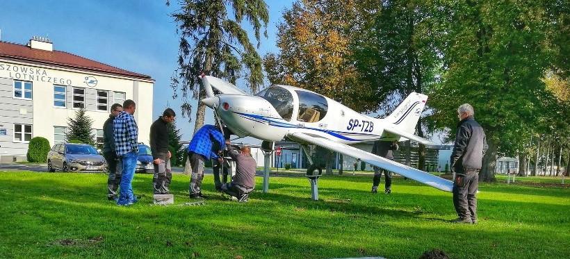 Nowy samolot przed budynkiem OKL PRz w Jasionce