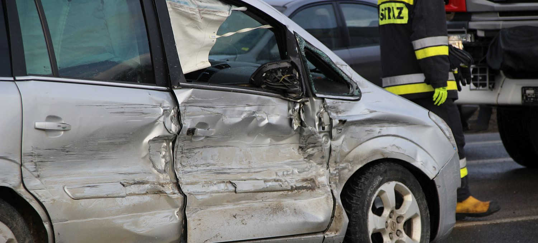 Osobówka uderzona z dwóch stron. Stłuczka trzech pojazdów na skrzyżowaniu (VIDEO, ZDJĘCIA)