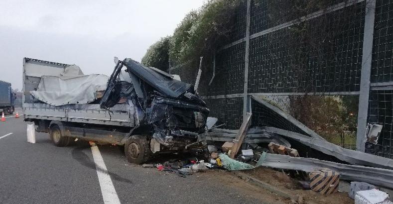 Groźny wypadek na autostradzie. Kierowca ciężarówki w szpitalu (ZDJĘCIA)