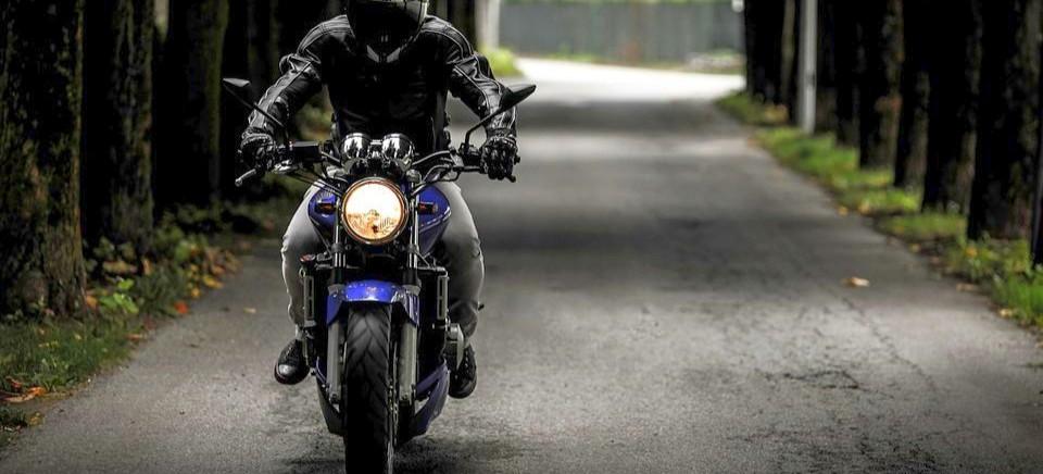 Pijany motocyklista wjechał w latarnię. Ma poważne obrażenia