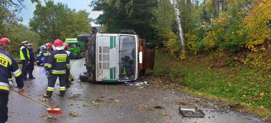Przewrócona ciężarówka na drodze. Kierowca z obrażeniami, przygnieciony kabiną (FOTO)