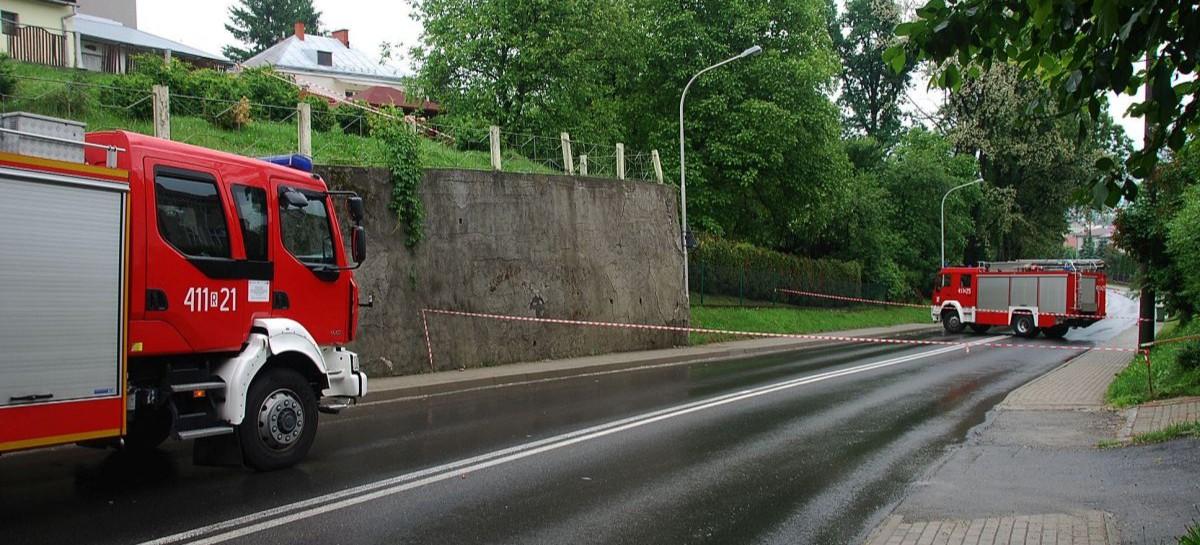 BRZOZÓW: Mur grozi zawaleniem! Droga zamknięta do odwołania (ZDJĘCIA)
