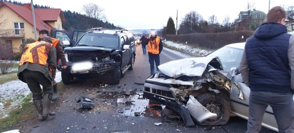 Mocno roztrzaskane pojazdy, poszkodowany w szpitalu. Groźny wypadek (FOTO)