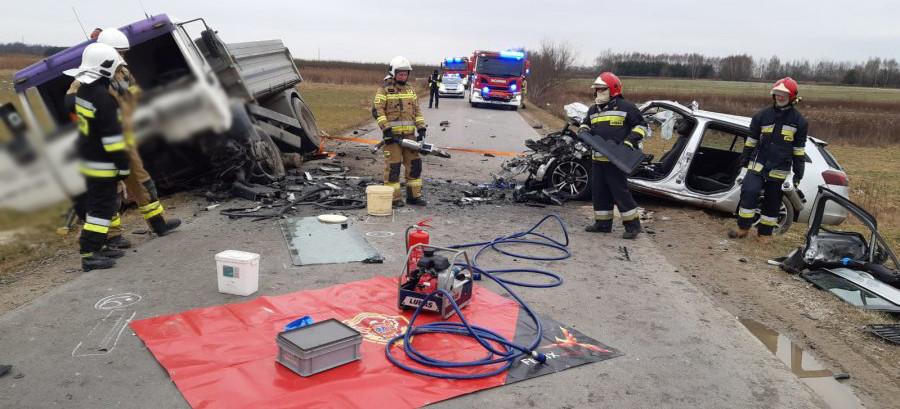 TRAGICZNY WYPADEK! Nie żyje kierowca samochodu, który zderzył się z ciężarówką(FOTO)