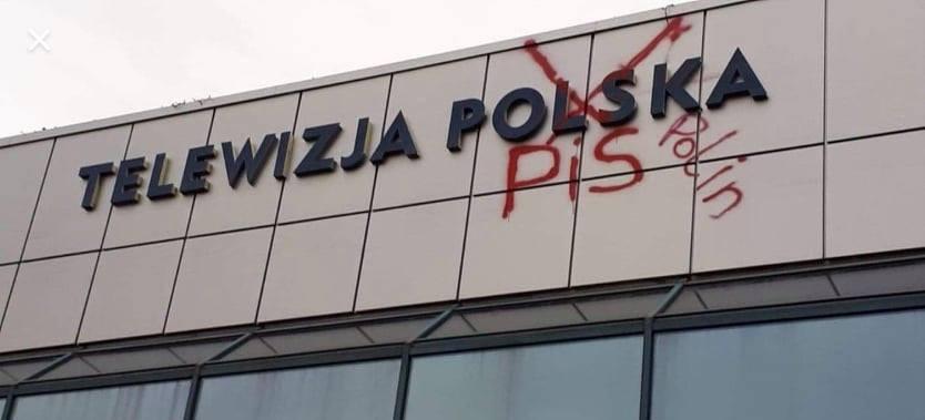 PROTEST czy WANDALIZM? Napis na elewacji  budynku TVP Rzeszów! (FOTO i VIDEO)