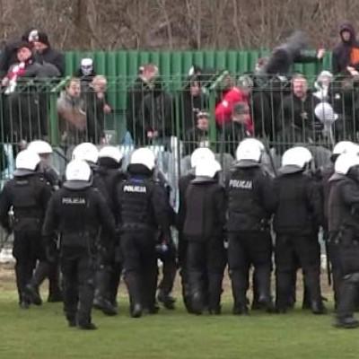 Policjanci zapobiegli dalszej eskalacji chuligaństwa na stadionie w Brzesku