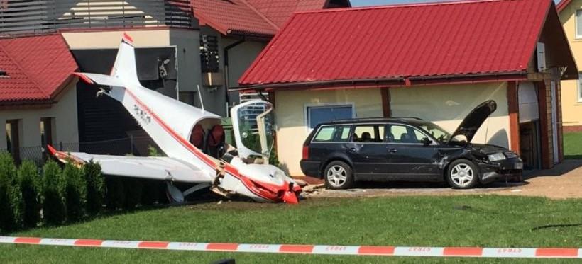 Awaryjne lądowanie samolotu, uderzył w garaż i samochód! (FOTO)