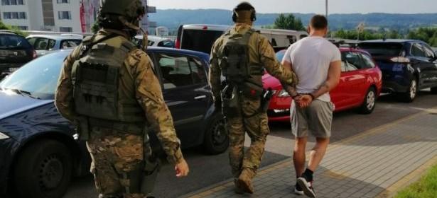 Zatrzymano trzy osoby podejrzane o wymuszenie rozbójnicze! (WIDEO)