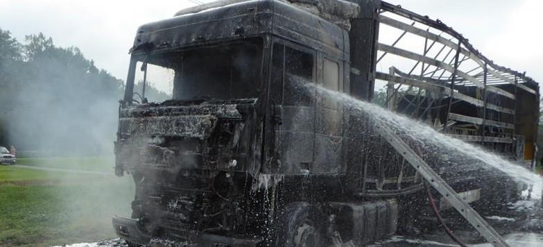 Na drodze krajowej spalił się tir. Prawie 10 godzin akcji strażaków (ZDJĘCIA)